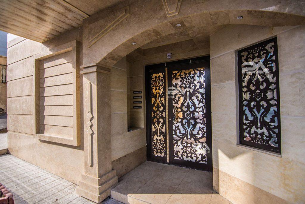 مزایای استفاده از شیشه سکوریت در ساخت انواع درب فلزی پایون