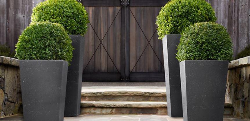 تزیین ورودی منزل با گلدان های سنگی