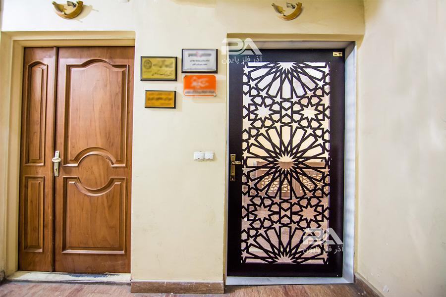 ۲۰ مدل زیبا از انواع درب ورودی برای ساختمان های اداری و تجاری