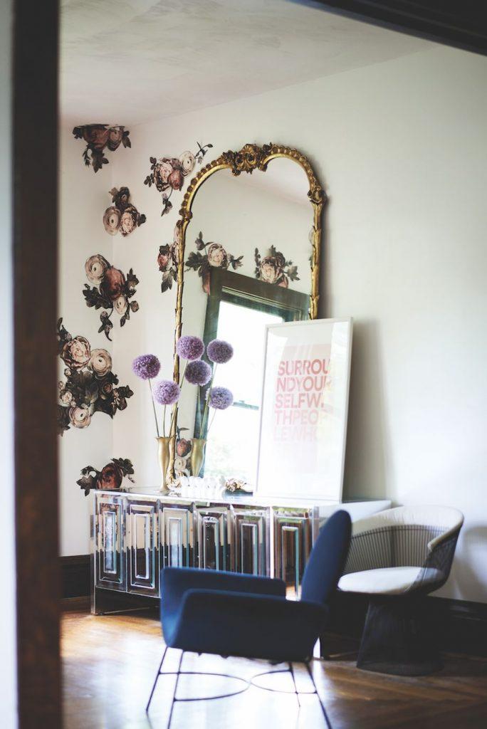 استفاده از طرح شکوفه به صورت کوچک و پراکنده بر روی دیوار