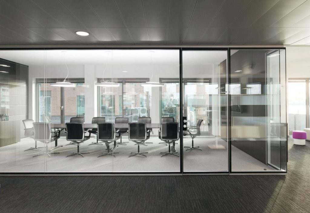 طراحی دکوراسیون داخلی با پارتیشن های شیشه ای