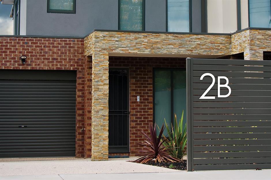 تزیین درب ورودی ساختمان با پلاک بزرگ