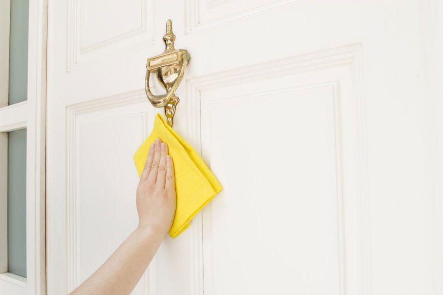 روش های جلا دادن و تمیز کردن درب ساختمان