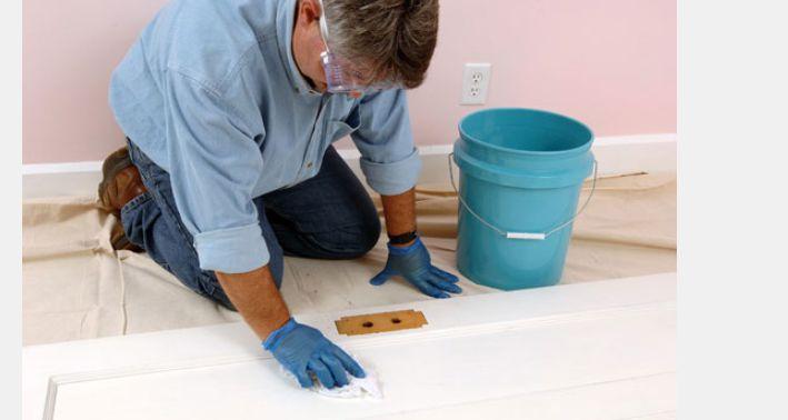 تمیز کردن و رنگ آمیزی درب چوبی