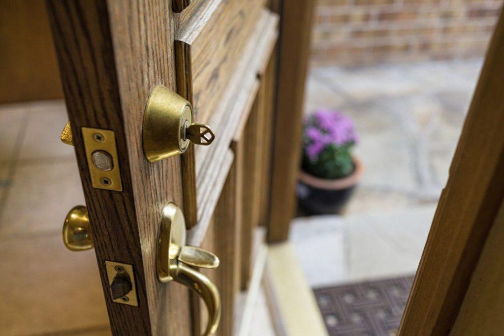 چه نوع قفل هایی بر روی درب ورودی ساختمان شما نصب شده است؟