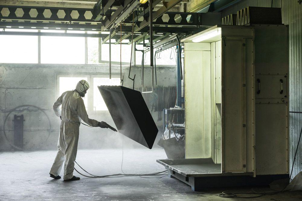 مراحل آماده سازی و رنگ آمیزی درب های فلزی در کارخانه