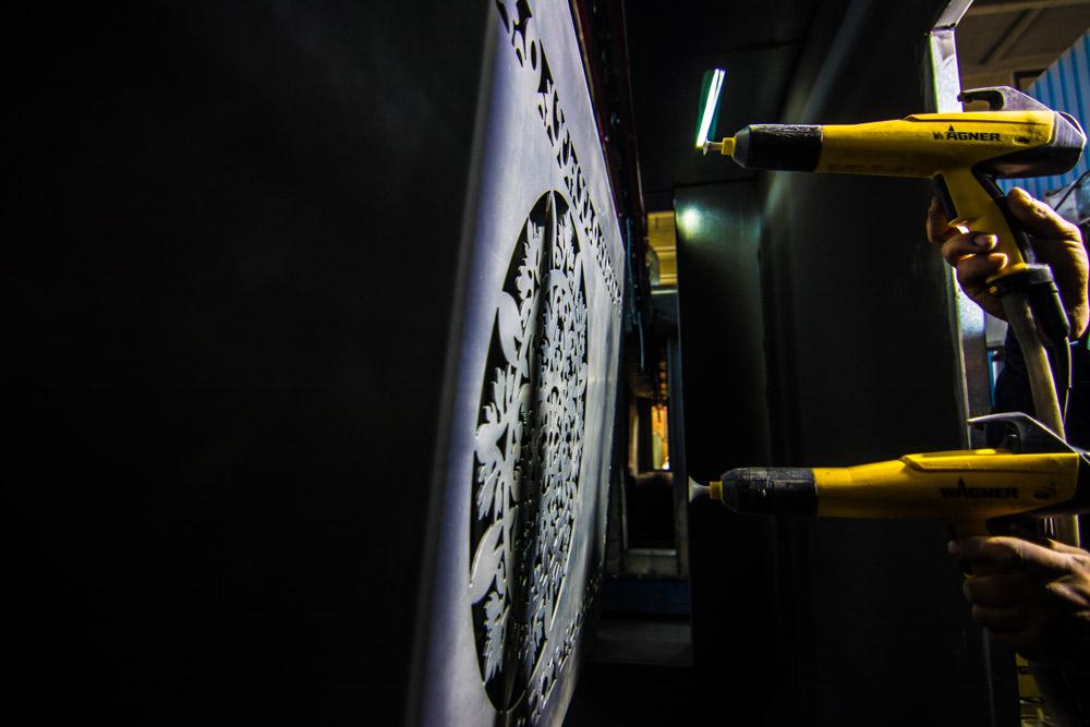 مراحل مختلف رنگ آمیزی درب های فلزی در کارخانه