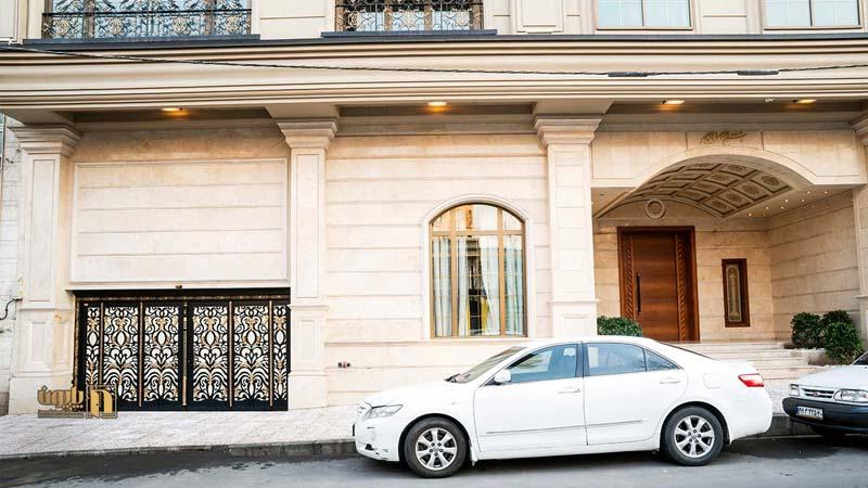 درب دو لنگه فلزی برای ورودی پارکینگ ساختمان در تهران