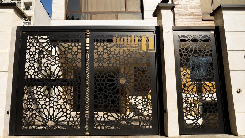 درب فلزی ورودی ساختمان در خیابان آل احمد تهران