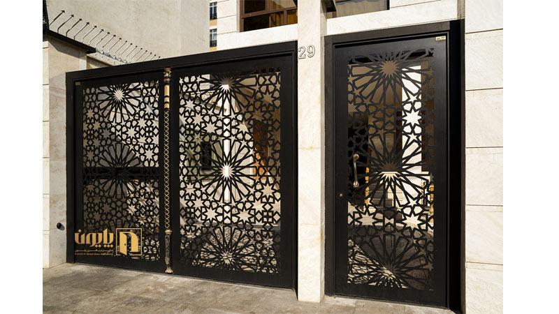 درب فلزی ورودی و درب فلزی پارکینگ در حیاط ساختمان
