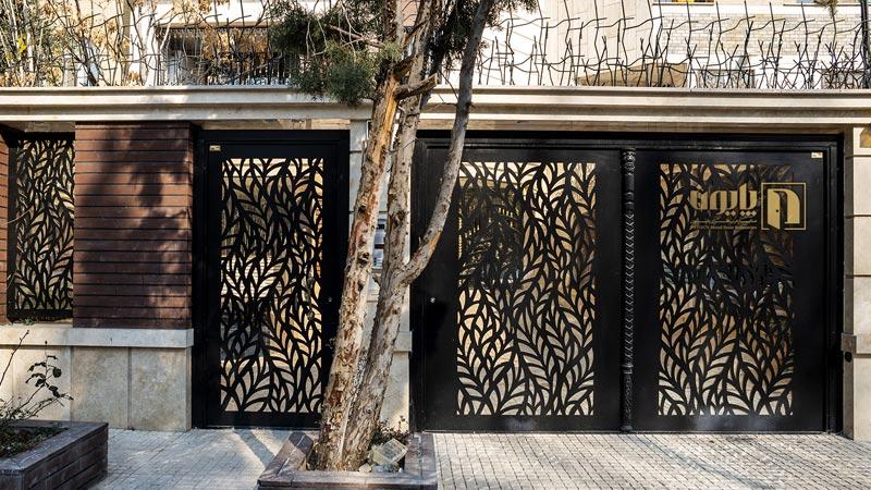 درب فلزی حیاط در یکی از ساختمان های تهران