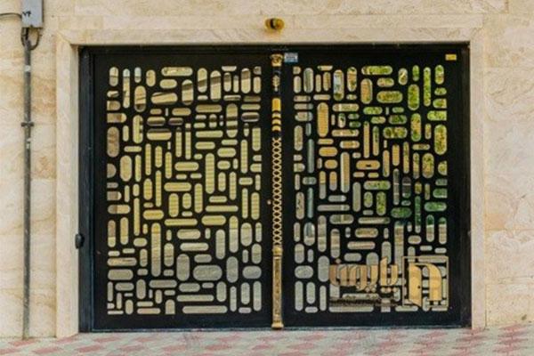 زیباسازی نمای ساختمان با عوض کردن درهای قدیمی