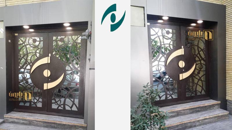 درب فلزی دو لنگه سفارشی در ساختمان ورودی بیمارستان نگاه تهران