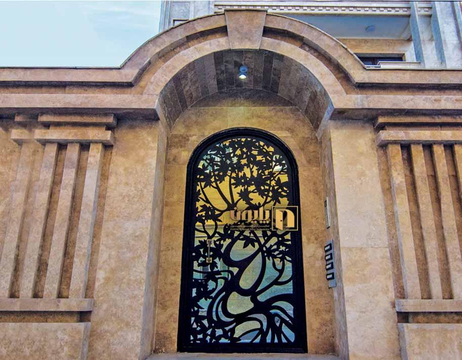 درب فلزی نفررو هلالی در یکی از ساختمان های لوکس تبریز