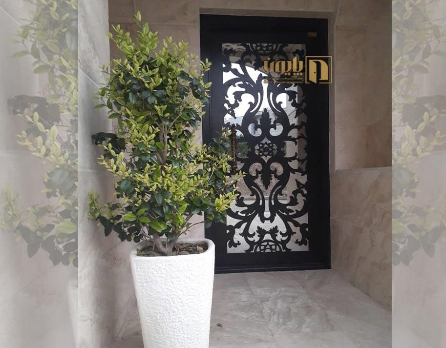 درب ورودی ساختمان در بروجرد