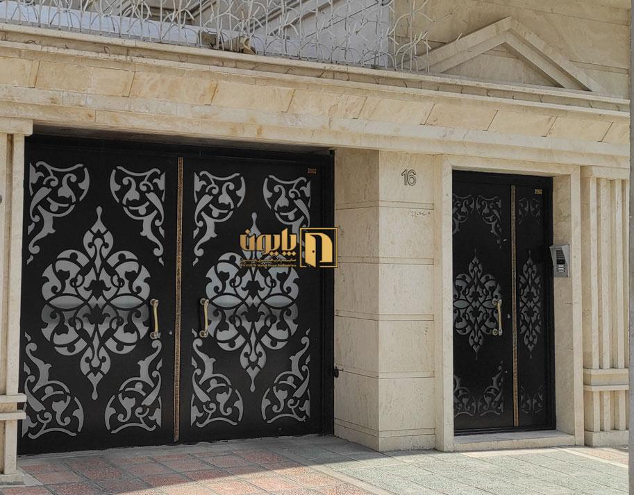 درب فلزی ورودی نفررو و درب پارکینگ در ساختمان تهران