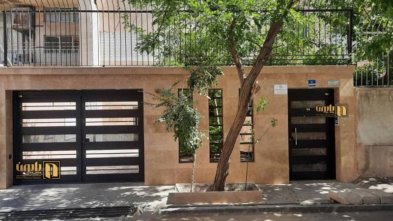 درب دو لنگه مدرن و تک لنگه برای نفررو در یکی از ساختمان های مدرن تهران