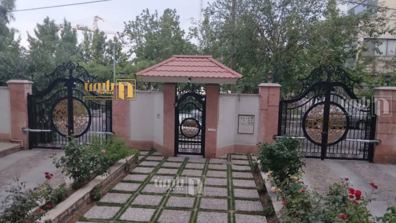 درب ویلا و باغ پایون در ویلای لوکس پاسداران تهران